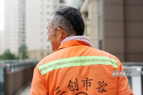 """6旬环卫工街边弹唱 网友赞""""被"""