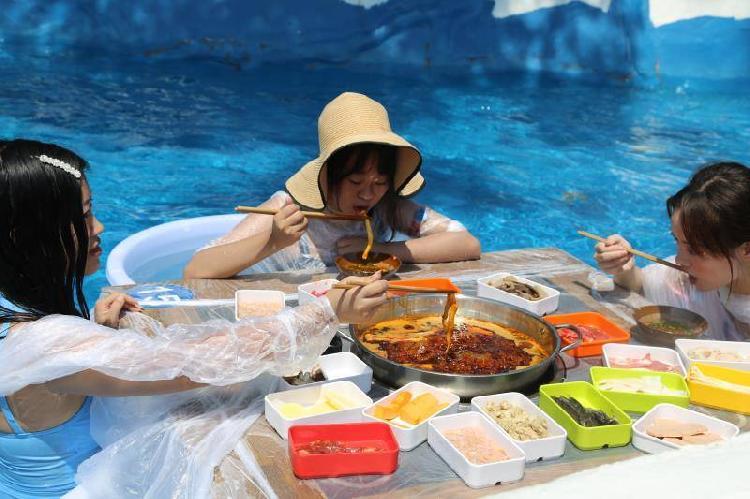 社会资讯_重庆游客坐冰桶里吃火锅 这也太巴适了吧!|重庆|游客-社会资讯 ...