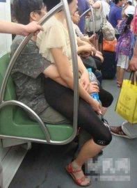 美女公共场合尴尬瞬间
