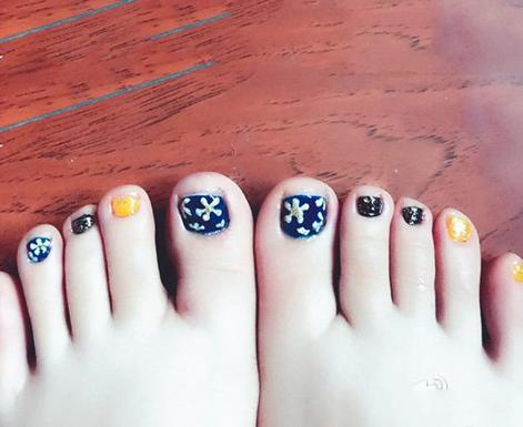 人一见就难忘的美甲脚趾甲 显脚白的美甲让足部性感时尚