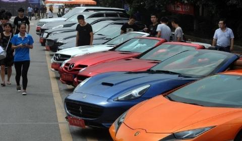 武汉一高校迎新出动千万豪车 为给学生实训练手