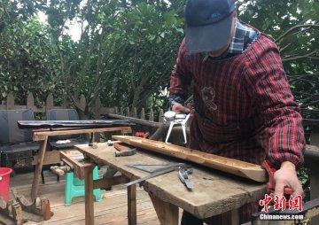 66岁老人藏山里造古琴 研究古