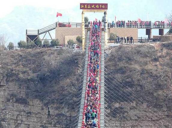 惊险十足!玻璃吊桥挤满人不敢看 可供600人同时通过全程看着就吓人