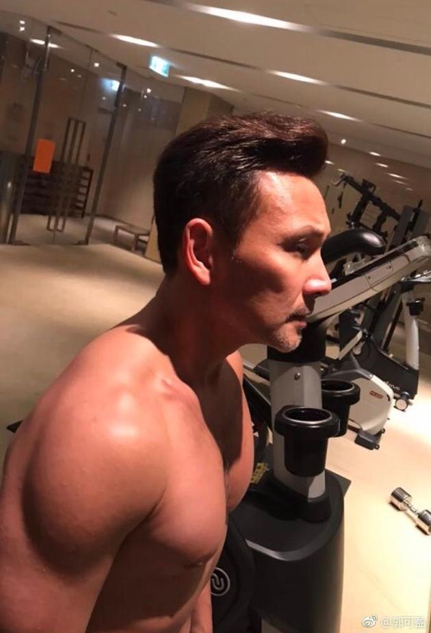郭可盈晒老公林文龙健身照,51岁的他裸上身大爆肌