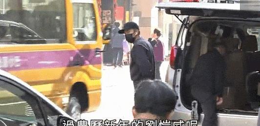刘恺威返回香港陪小糯米过年 打扮低调为女儿甘做苦力