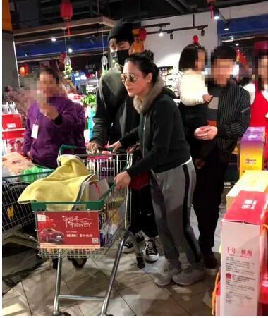 陈红回老家带儿子逛超市买年货 却因打扮太低调无人认出