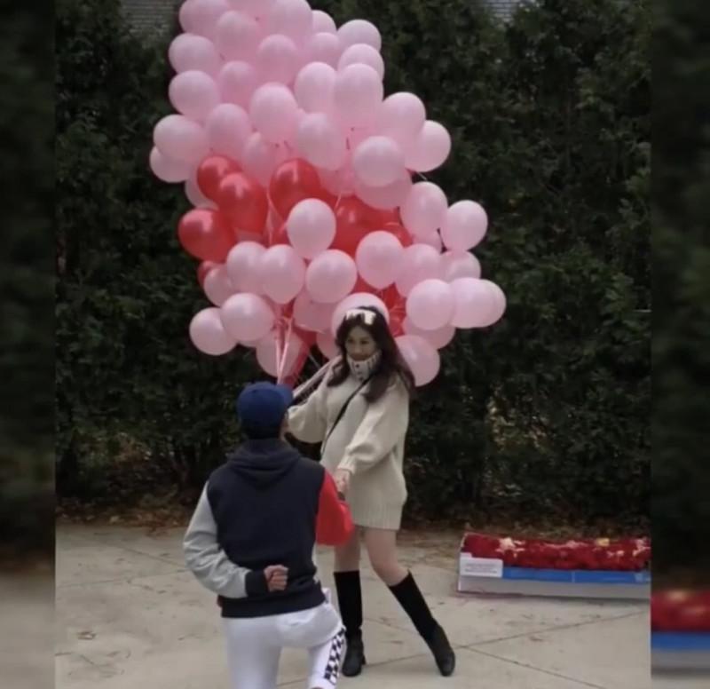 何超盈与男友Thomas Xin公开婚讯,承认怀孕,秀超大钻石婚戒