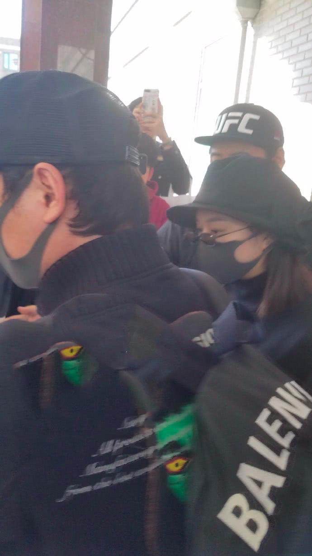 赵丽颖产后出院气色好 当天门外聚集着超多的媒体记者