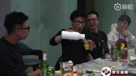 刘谦又来倒饮料了是什么梗 自己玩自己的梗