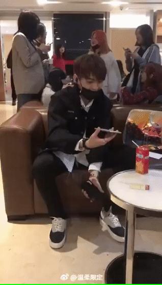 粉丝接机不慎将他的手机踩碎 许凯一脸苦笑太可爱了