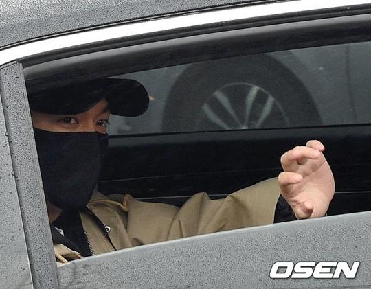 李敏镐今日低调退伍 口罩遮面依旧难掩帅气