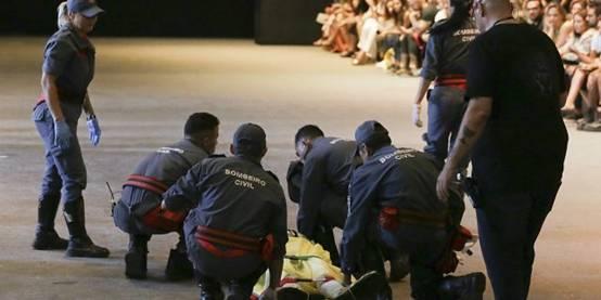 男模走秀踩鞋身亡 头部猛砸地面摔在了舞台上