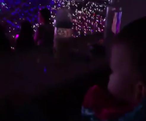 周杰伦儿子首次看爸爸演唱会 跟着节奏挥动小手的罗密欧敲可爱