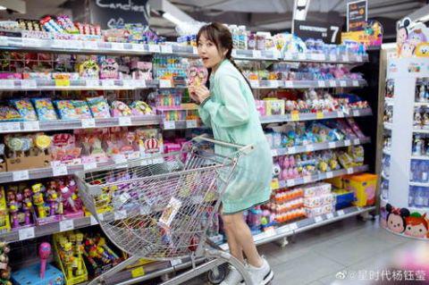 杨钰莹晒逛超市美照少女气十足 确认过眼神,是吃过防腐剂的人