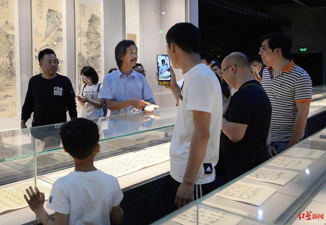 流浪大师现身成都 参观了武侯祠和四川省博物院