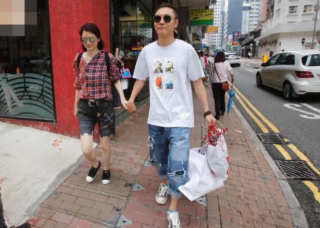洪欣张丹峰逛街 夫妻携手购物恩爱如初