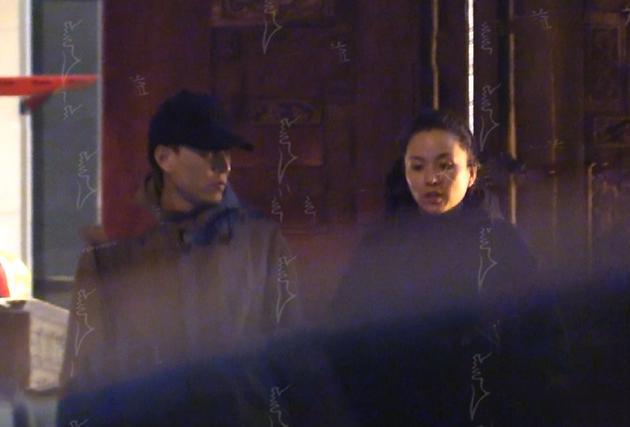 靳东携妻与朋友深夜聚餐 顺势撒了一路狗粮