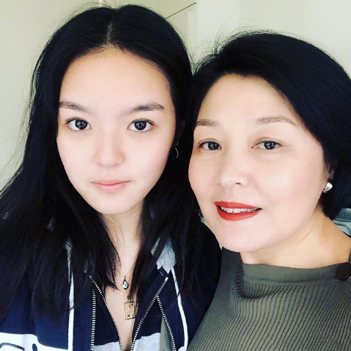 李咏去世后哈文首晒与女儿合影 母女俩同框颜值很高