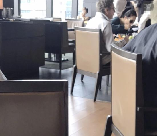 东京偶遇巩俐夫妇 该处一晚住宿费高达1.5万元