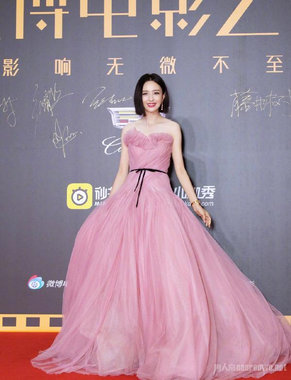 佟丽娅豆沙粉纱裙照片曝光太惊艳 短发造型真的太绝了