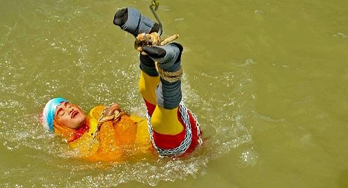 魔术师表演水下小箱脱身不见出水 过程中没有采取应有的安全措施