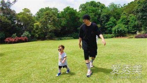 周杰伦与儿子花园散步 墨镜遮面