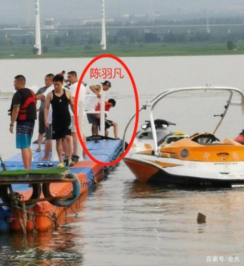 陈羽凡带儿子出游照片曝光 两人一起乘水上摩托