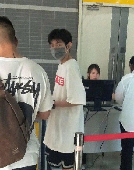 王源机场帮粉丝捡鞋 网友:眼睛都笑弯了
