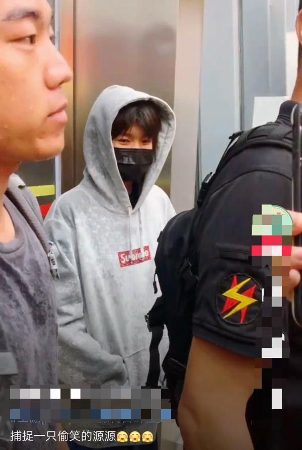 王源在机场帮粉丝捡鞋,徒手把鞋子提了很高,完全不嫌脚臭