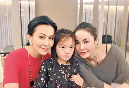 李嫣戴墨镜的方式上热搜 网友:因为你是王菲的女儿