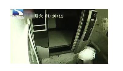 保时捷女在电梯内便溺不仅是无德更是无耻