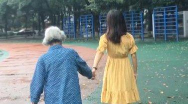 社会资讯_大四女生带85岁奶奶回校拍毕业照 奶奶笑容满脸开心的像个孩子 ...